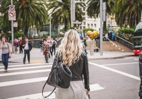 young-blonde-walking-towards-union-square-in-san-francisco-picjumbo-com